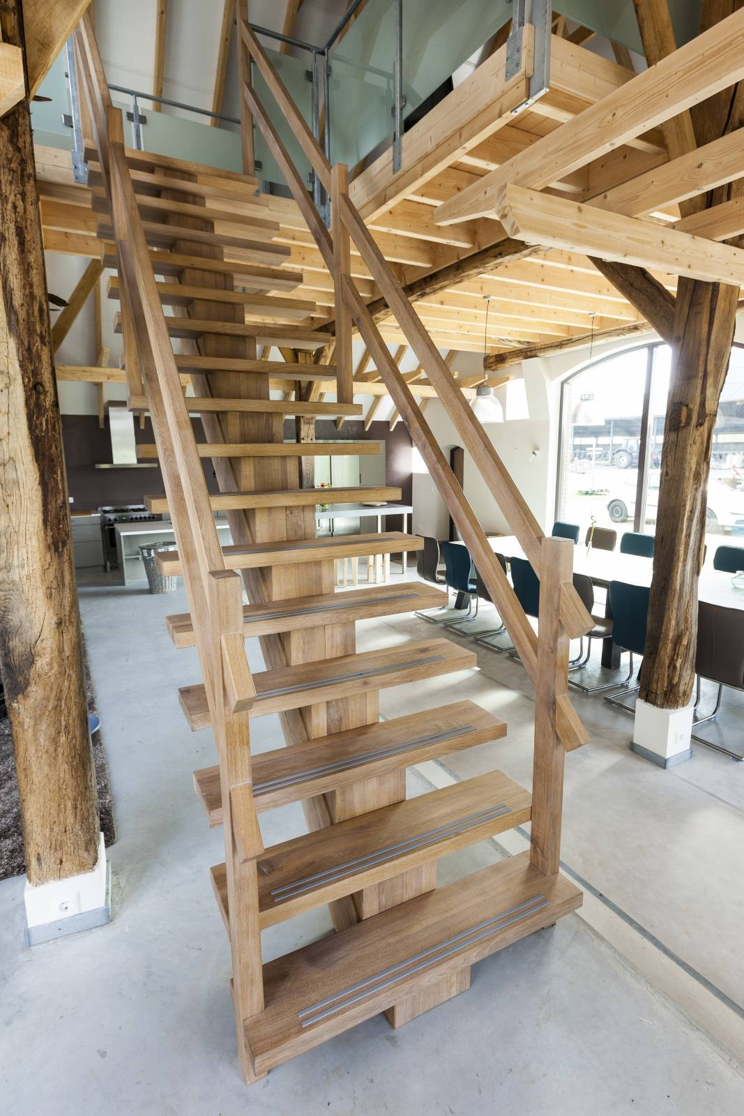 Bekend houten buitentrap maken xz98 for Houten trap buiten